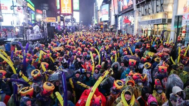 Imagini de la petrecerile de stradă de Revelion. Sute de mii de oameni, în ploaie la New York
