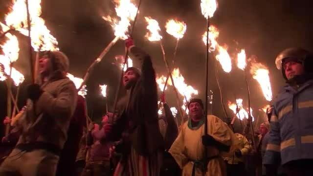 Obiceiul care alungă spiritele rele în județul Bacău. Flăcăii au colindat cu făclii aprinse