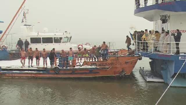 Pe gerul Bobotezei, mai mulți bărbați au sărit să recupereze crucile din apă