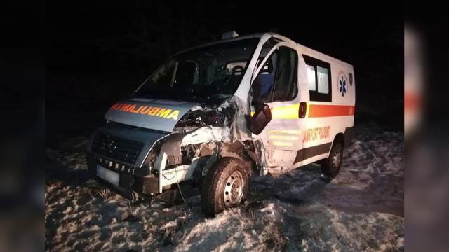 Ambulanță spulberată de o dubă. Șoferul și o pacientă au fost răniți
