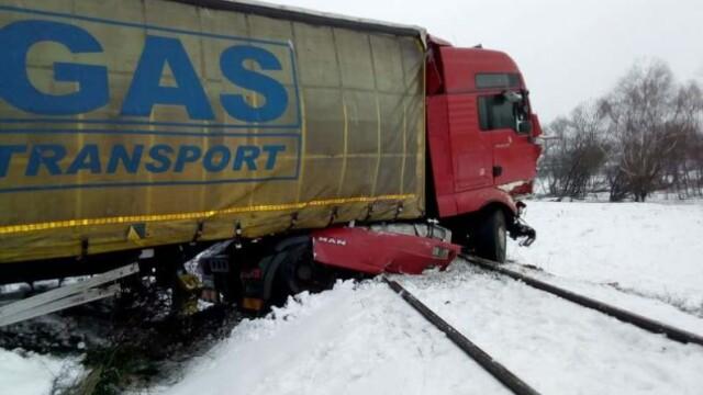TIR căzut pe calea ferată, în judeţul Hunedoara. Ce se întâmplă cu pasagerii