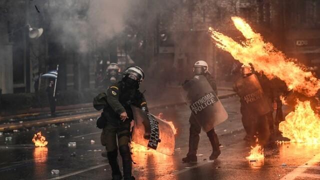 Lupte de stradă în Atena. Manifestanți cu cagule au încercat să intre în Parlament