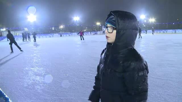 """Distracție la patinoar pe cod portocaliu de polei. """"Când te distrezi nu simţi frigul"""""""