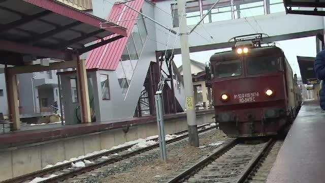 Circulaţia trenurilor, afectată. Mai mulți copaci au căzut pe liniile de contact