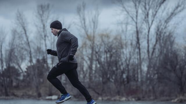 Un tânăr care făcea jogging a furat o mașină, ca să ajungă rapid acasă. Motivul șocant