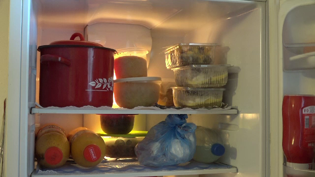 Câte tone de alimente aruncă românii la gunoi de Sărbători.