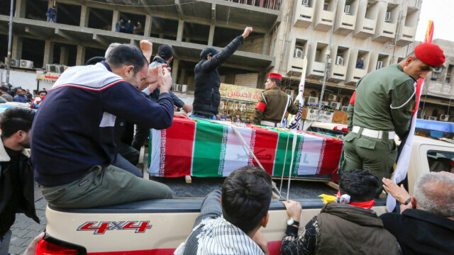 Mii de irakieni l-au omagiat pe Soleimani, la Bagdad. Unde va fi înhumat generalul - Imaginea 1
