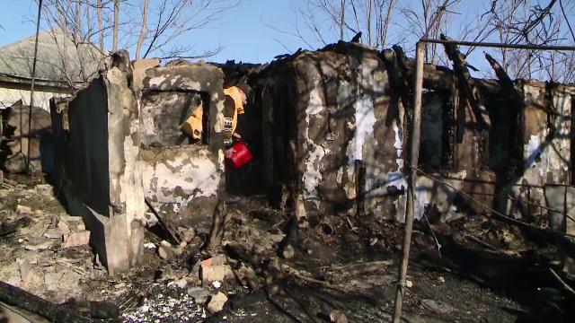 Doi bătrâni din Iași, salvați de un vecin după ce casa le-a fost mistuită de flăcări