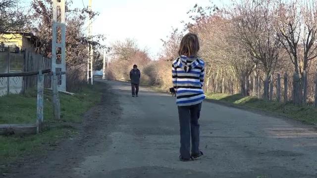 O fetiță de opt ani, găsită rătăcind între două sate, după ce mama sa ar fi alungat-o de acasă