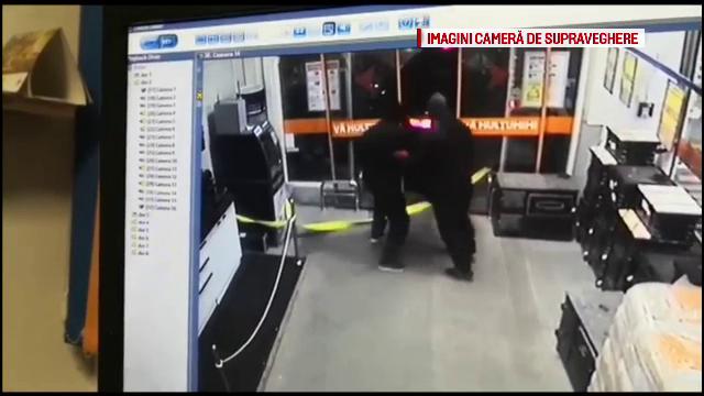VIDEO. Hoți filmați în timp ce încercau să smulgă un bancomat din perete cu mașina