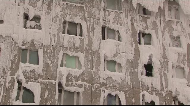Coșmarul unor oameni care locuiesc într-un bloc înghețat la propriu