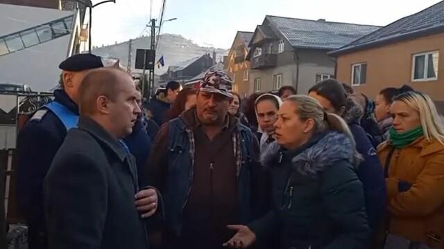 Profesor de sport, încătușat în fața unei școli din Bistrița