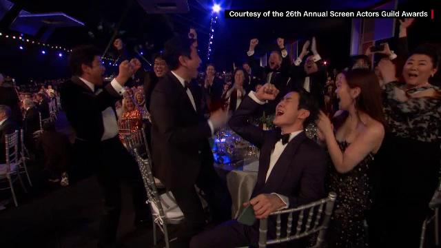 Premiile SAG. Brad Pitt și Jennifer Aniston s-au felicitat în culise - Imaginea 1