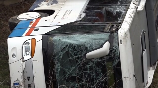 Bilanț tragic după ce un autobuz plin cu elevi a derapat și a căzut într-o râpă