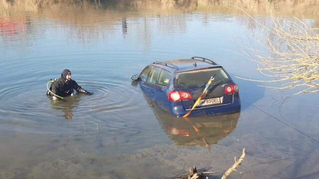 Masina unui pescar a ajuns sub apele Crisului Repede - 2