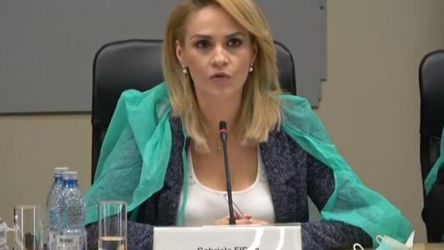Gabriela Firea şi consilierii PSD, cu halate şi măşti de protecţie la şedinţa CGMB - Imaginea 1