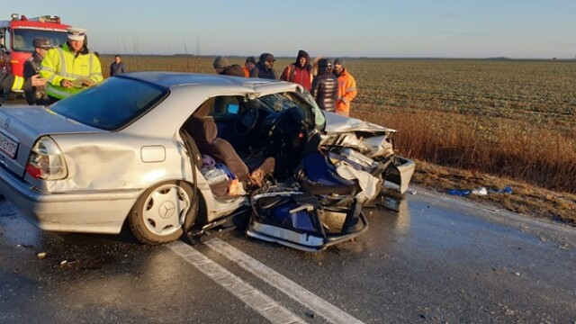 Doi soți au murit după o depășire pe un drum foarte alunecos, în Timiș - Imaginea 1