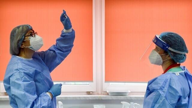 Prag psihologic important atins în lupta cu epidemia de COVID. România va avea mai multe persoane vaccinate decât infectări