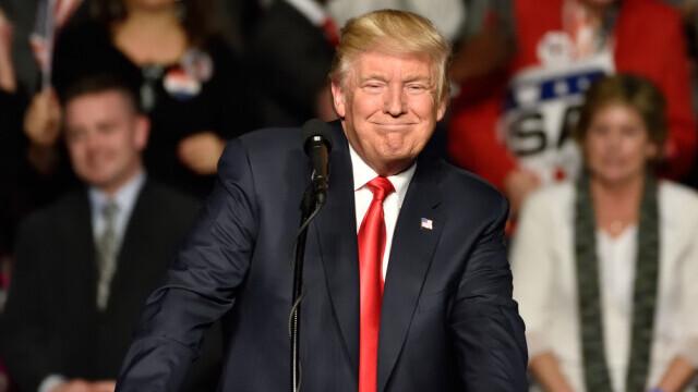 Bloomberg: Donald Trump analizează posibilitatea de a se autograţia