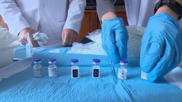 Mii de doze de vaccin, distruse într-un laborator, după ce un angajat a oprit accidental frigiderul