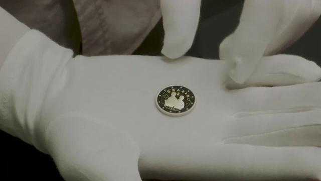 Monede comemorative, prezentate la Roma de Trezoreria italiană. Una dintre ele, dedicată cadrelor medicale