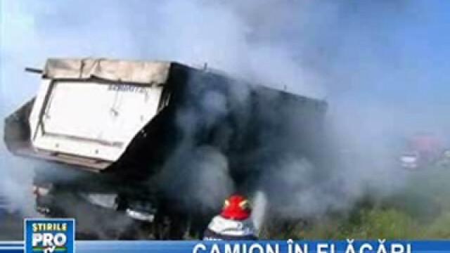 Camion în flăcări pe şosea