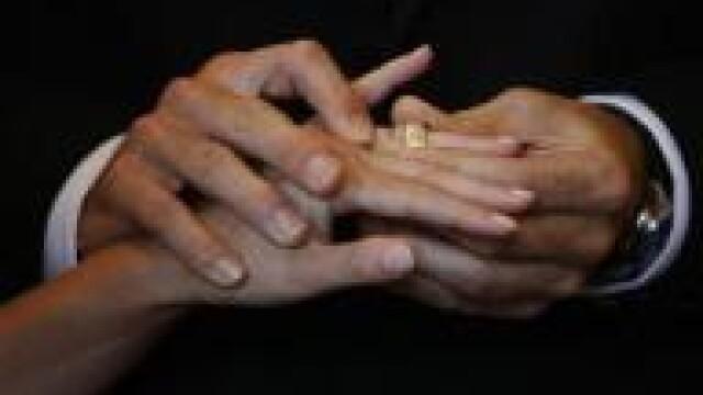 S-au tinut de mana in fata mortii.Doi americani casatoriti de 68 de ani au emotionat o tara intreaga