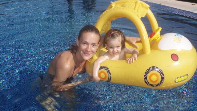 Roxana Ciuhulescu: prima vacanta la mare impreuna cu fiica ei