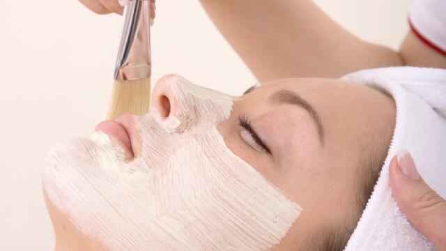 Peelingul facial: o alternativa a bisturiului