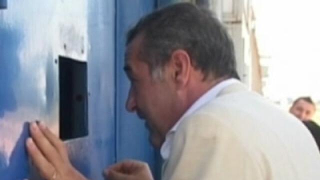 Vorbea la telefon din celula! Bodyguardul lui Becali prins cu mata in sac