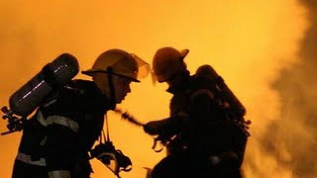 Incendiu urmat de explozie. O persoana ranita si doua masini distruse