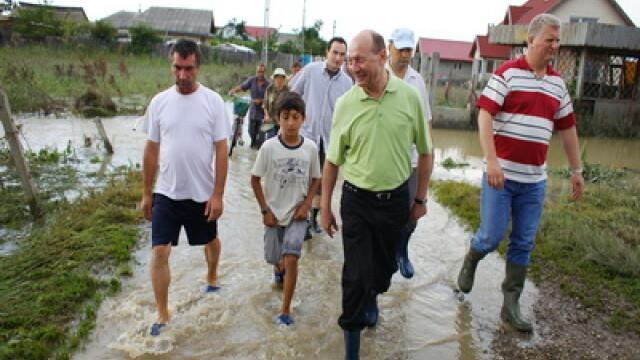 Presedintele Basescu viziteaza localitatile afectate de inundatii