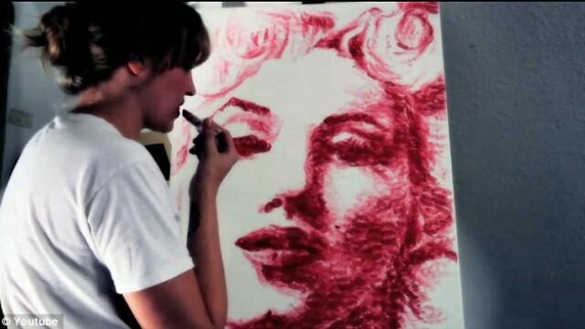 Cum reuseste o tanara sa picteze portrete numai cu ajutorul buzelor. FOTO