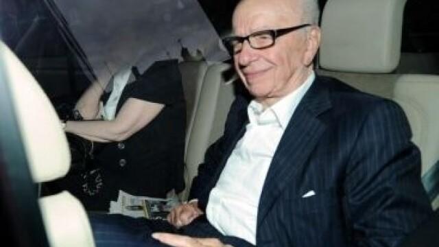 FOTO. Magnatul Murdoch, atacat in Parlamentul englez