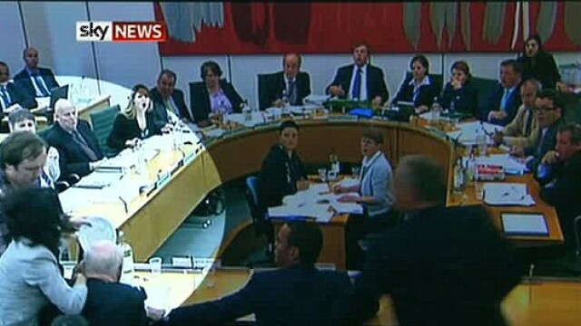 FOTO. Magnatul Murdoch, atacat in Parlamentul englez \