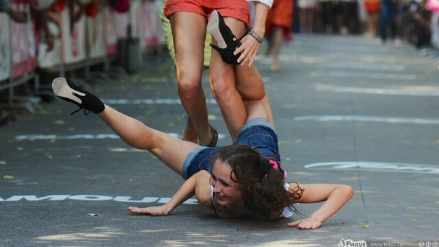 Imaginea in fata careia o sa cazi pe ganduri. Ce crezi ca fac aceste fete in mijlocul strazii. FOTO