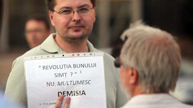 Victor Ponta nu a mai mers la Ministerul Educatiei, unde mai multi protestatari ii cereau demisia