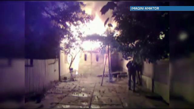 O femeie din Suceava si-a riscat viata pentru a-si salva averea dintr-un incendiu devastator
