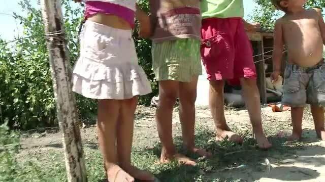 S-au iubit fara perdea intr-un sant din sat. Acum cei 8 copii platesc pentru gestul lor. VIDEO