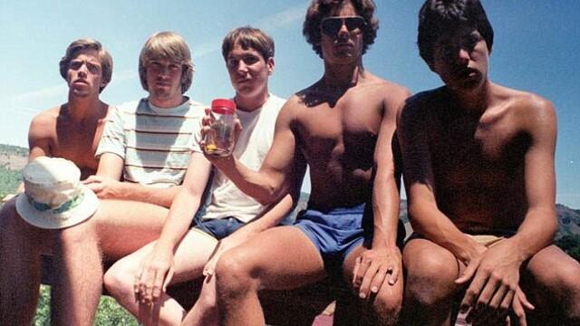 Prieteni pe vecie. Din 1982 si pana azi, cinci amici fac mereu aceeasi poza la fiecare 5 ani