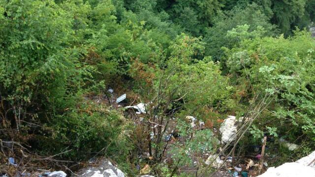 Imagini emotionante din Muntenegru. Prapastia unde cei 18 romani au murit a devenit loc de pelerinaj - Imaginea 2