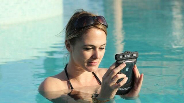 femeie la piscina, smartphone