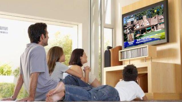 oameni se uita la televizor