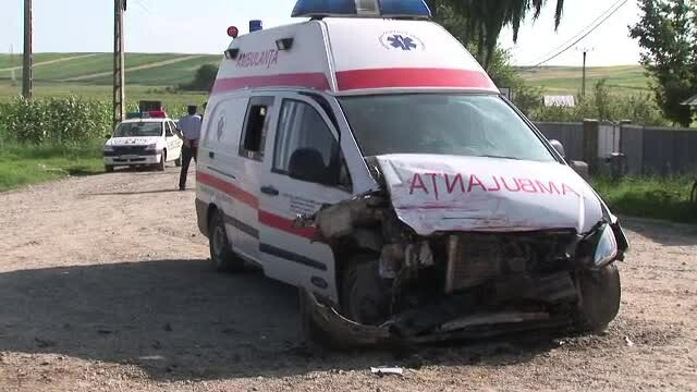O asistenta a ajuns din ambulanta la spital dupa ce masina a fost lovita de un sofer neatent