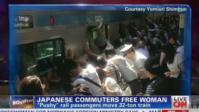 Martorii au impins un tren de 32 de tone, ca sa salveze viata unei femei. VIDEO