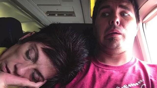 femeie doarme cu capul pe umarul unui tanar