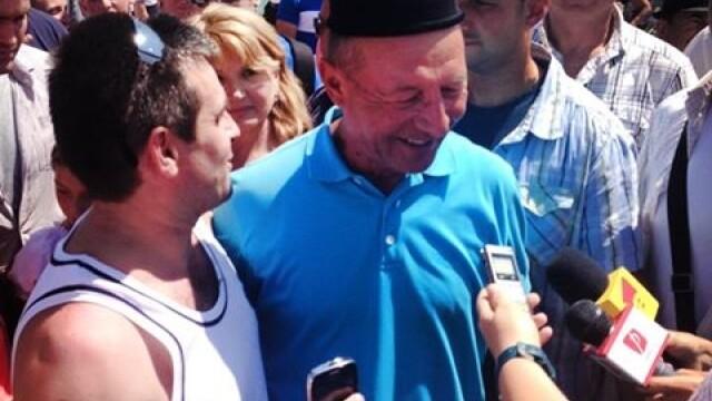 Cu clopul pe cap, Traian Basescu a facut baie de multime la o sarbatoare a ciobanilor din Sibiu