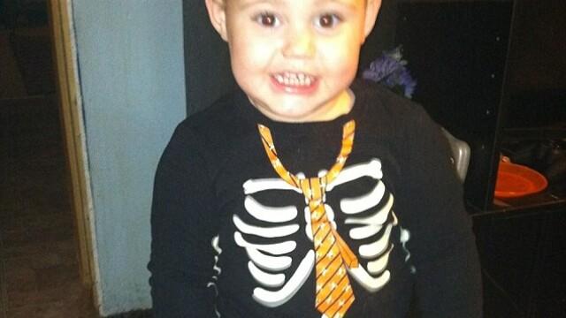 Copil de 3 ani, gasit mort in masina incinsa de bunica. Unde era mama in tot acest timp