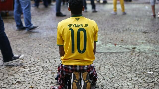 Steaguri arse si lupte de strada. Violente in Brazilia, dupa cosmarul din semifinalele Campionatului Mondial. GALERIE FOTO - Imaginea 1