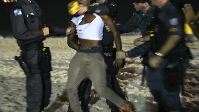 Steaguri arse si lupte de strada. Violente in Brazilia, dupa cosmarul din semifinalele Campionatului Mondial. GALERIE FOTO - Imaginea 2